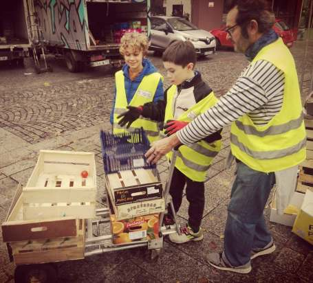 Glanage en fin de marché avec Moissons Solidaires
